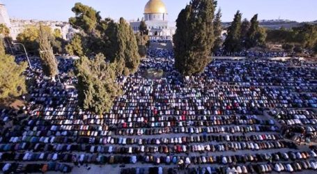 GAZANS PRAY AT AQSA MOSQUE FOR 1ST TIME SINCE 2007