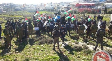 ACTIVISTS ATTEMPT TO CONSTRUCT PROTEST VILLAGE ON CONFISCATED LANDS
