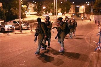 Israeli Occupation Forces Detain 17 Palestinians in West Bank