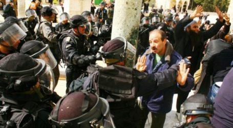 ISRAELI POLICEMAN INSULTS PROPHET MOHAMMAD PBUH AT JERUSALEM'S AL-AQSA