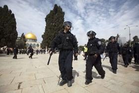 FIVE PALESTIAN WOMEN CAPTURED BY ISRAELI COPS AT AQSA MOSQUE