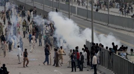 CHRISTIAN PROTESTERS AND MUSLIMS CLASH IN PAKISTAN