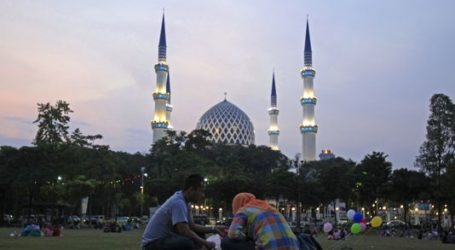 JAMMED MOSQUES WELCOME INDIA'S RAMADAN
