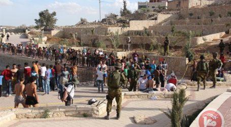 ISRAELI SETTLERS RAID PARK SOUTH OF HEBRON UNDER ARMED GUARD