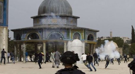 ISRAELI SETTLERS RAID MUSLIMS AL-AQSA MOSQUE