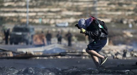 PALESTINIANS INJURED AS IOF ROLL INTO AL-KHALIL REFUGEE CAMPS