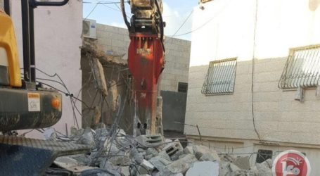 Palestinian Family Forced to Demolish Own Home in Al-Quds