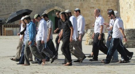 Jewish Settlers Escorted by Policemen Defile Aqsa Mosque