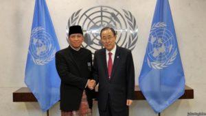 Indonesian Permanent representative to the UN Dian Triansyah Djani shakes hands with UN Chief Ban Ki-moon.