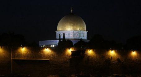 Muslims in Jerusalem Say Israel Has No Authority over Al-Aqsa Mosque