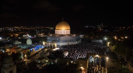 Some 300,000 Muslims Attend Overnight Prayers at Al-Aqsa Mosque in Jerusalem