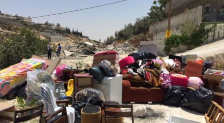 Israeli Forces Palestinian to Demolish His Home in Occupied Jerusalem