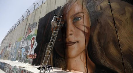 Israeli Forces Detain Italian Painters Drawing Ahed Tamimi's Mural on Israel's Separation Wall