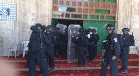 Israel Bans Hundreds of Palestinians from Praying at Al-Aqsa