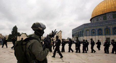 Israeli Police Ban 4 Awqaf Employees from Entering Aqsa