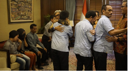 Three Indonesian Citizens Held Hostage Handed Over to the Family