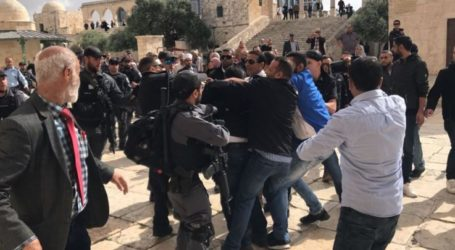 Israeli Police Close All Complex Al-Aqsa Doors and Attack Jamaah