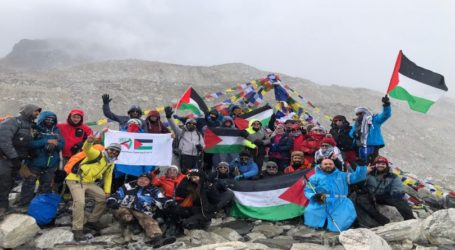 As 27 Palestinians Flap Flags at Everest Mountain