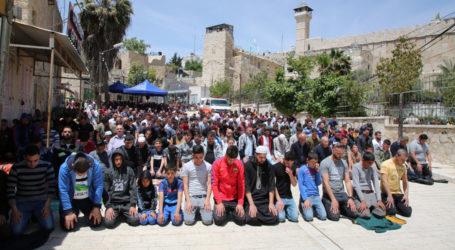Tens of Thousands Attend First Friday of Ramadan in Jerusalem's Al-Aqsa