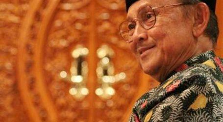 Former President BJ Habibie Passes Away, Indonesian Citizens Raise Half-Flag