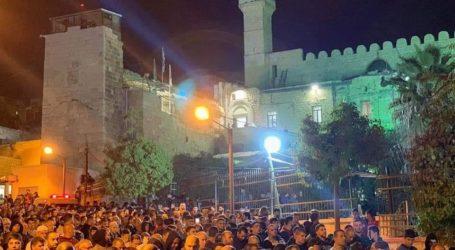 Thousands Attend Dawn Prayer at Ibrahimi Mosque