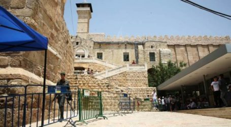 Dozens of Israeli Troops Storm Ibrahimi Mosque