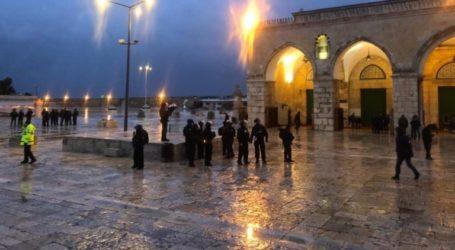 Despite the Rainstorm, Thousands of Palestinian Perform Prayer in Al-Aqsa