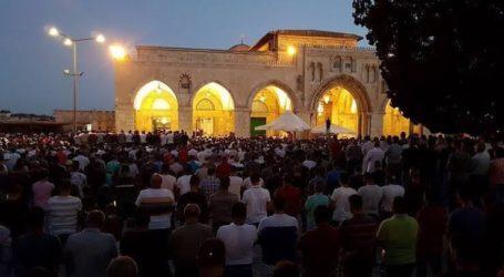 As 50.000 Palestinians Perform Friday Prayers at Al-Aqsa Mosque