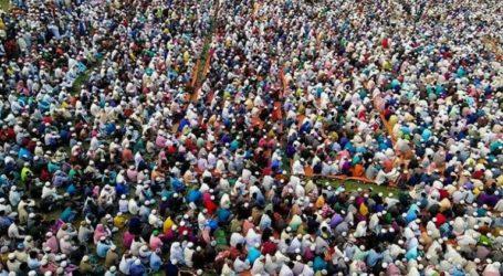 Thousands of Bangladeshi Muslims Pray Together to Prevent Corona