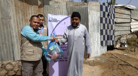 AWG Distribute Food Packages for Poor in Bedoui Village, Gaza