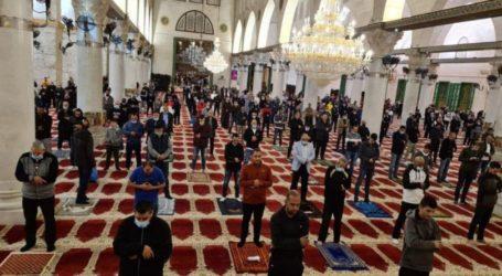 Thousands of Muslim Perform Fajr Prayers Congregate in Al-Aqsa Mosque