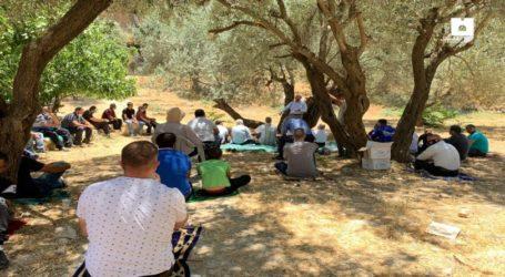 Jerusalem Citizens Perform Friday Prayer in Land Threatened