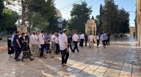Extremist Rabbi Lectures to Jewish Settlers at Al Aqsa Mosque