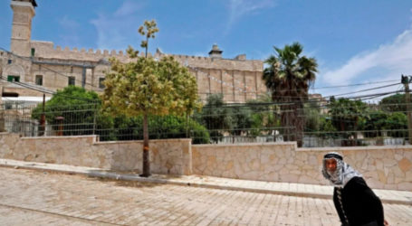 Jewish Settlers Defile Ibrahimi Mosque, Put Candelabrum on its Rooftop