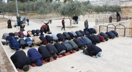 As 12 Thousand Pilgrims Perform Friday Prayers at Al-Aqsa