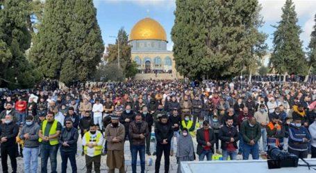 Despite Rainy and Cold, 25,000 Muslims Perform Friday Prayers at Al-Aqsa