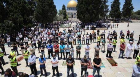 As 15,000 Muslims Perform Friday Prayers at Al-Aqsa Mosque