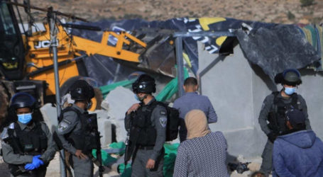 Israel Forces Demolish Mosque South of Hebron