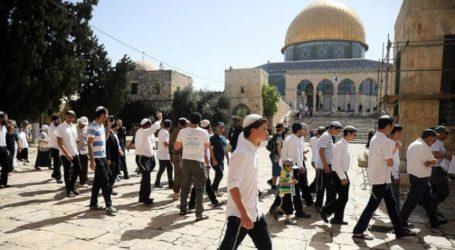 As 90 Israeli Settlers Storm Al-Aqsa's Courtyards