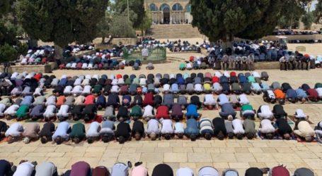 About 40,000 Worshipers Perform Friday Prayers at Al-Aqsa