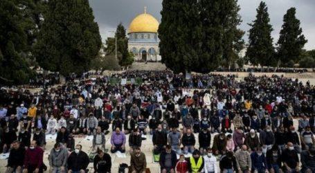 Thousands Worshipers Perform Friday Prayers at Al-Aqsa