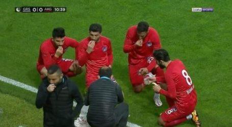 Ankara Keciorengucu Players Break the Fast During Match