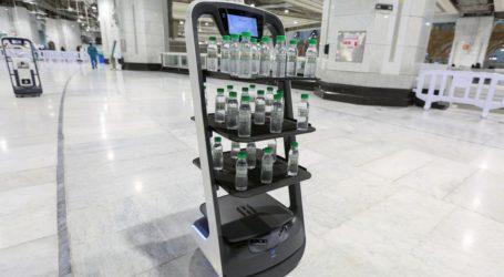 Saudi Provides Robot to Distribute Zamzam Water to Hajj Pilgrims