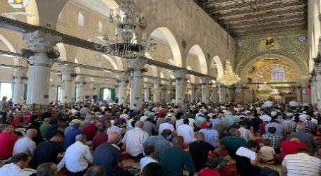 As 25,000 Worshipers Perform Friday Prayers at Al-Aqsa
