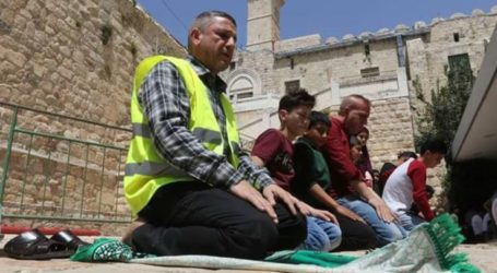 Palestinian Citizens Perform Friday Prayers at Ibrahimi Mosque Amid Judaization Projects