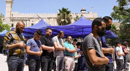 Thousands of Palestinians Perform Friday Prayer at Ibrahimi Mosque