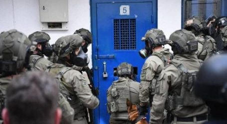 Israeli Repressive Forces Storm Section 21 in Ofer and Attack Palestinian Prisoners
